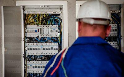 Souverän mit Spannung arbeiten – mit der richtigen Berufskleidung für Elektriker